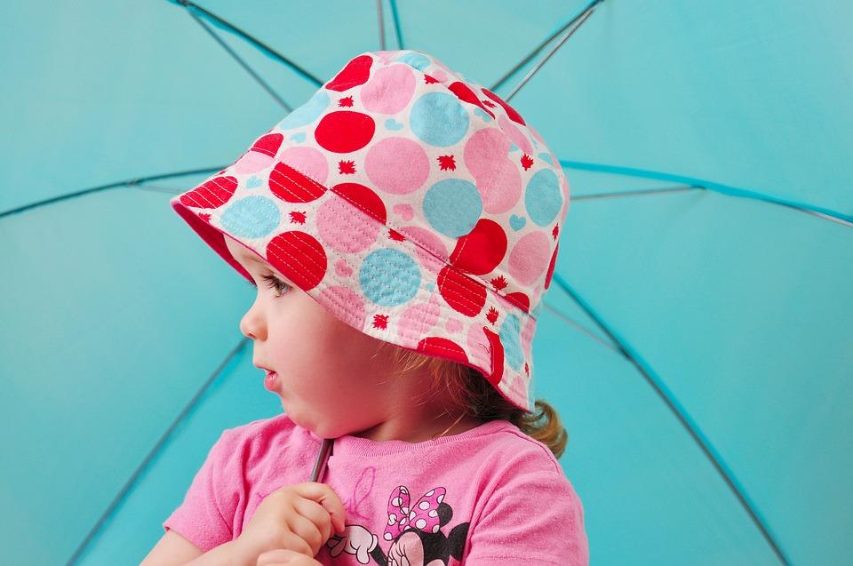 Tipy pro horké letní dny: Jak se při nošení dětí chránit před sluncem